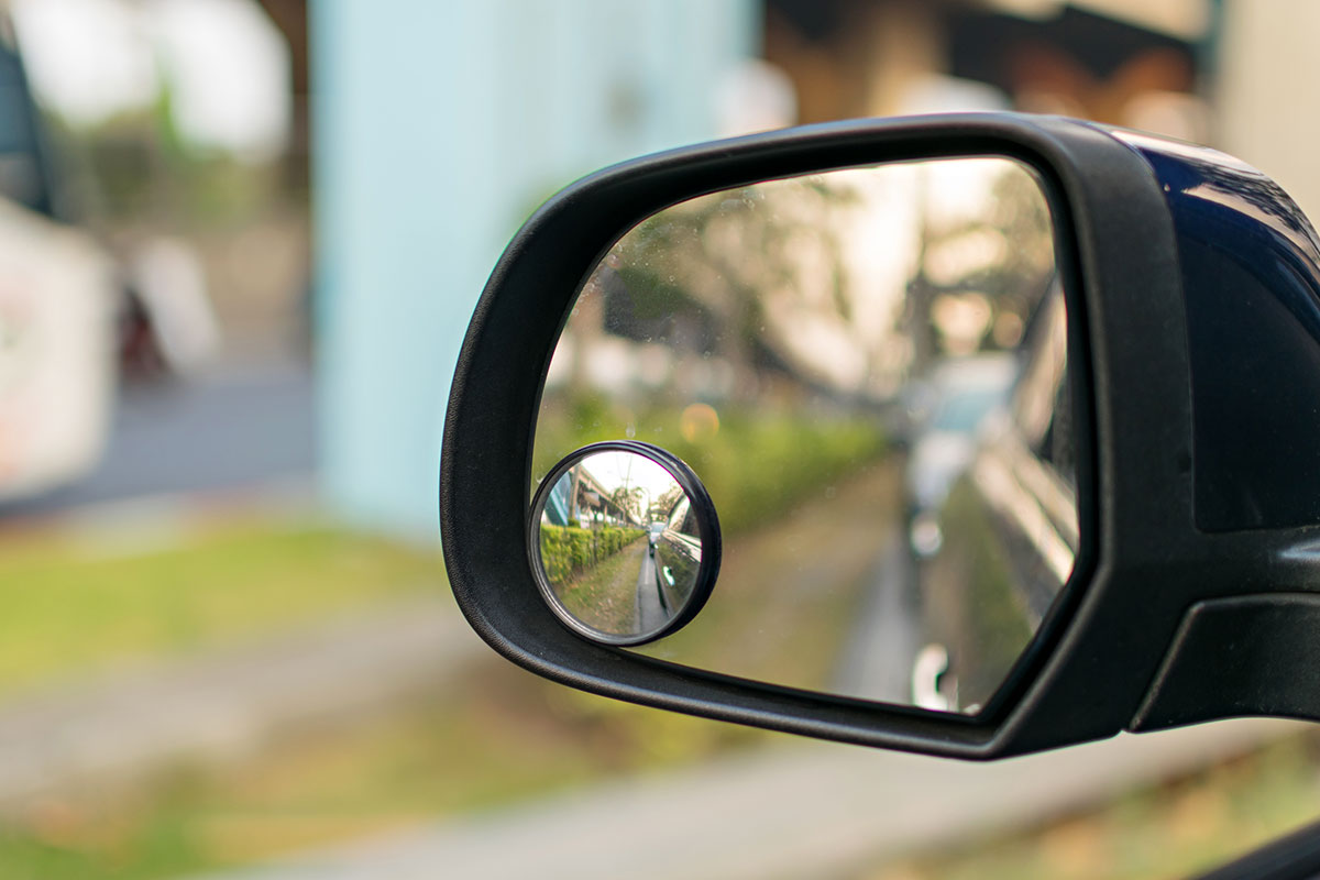 Side mirror with reflection